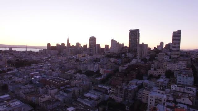 cityscape of lombard street at sunset - lombard street san francisco bildbanksvideor och videomaterial från bakom kulisserna