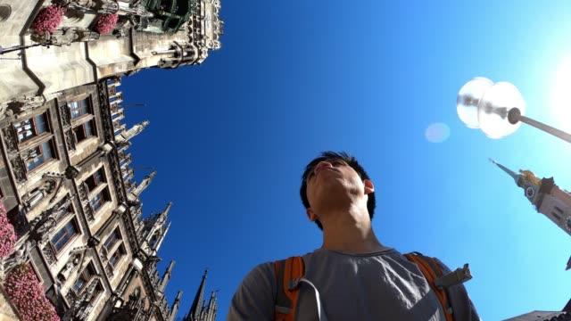 vídeos de stock e filmes b-roll de cityscape of marienplatz square at munich - rathaus