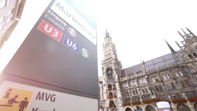 stadtbild von quadratischen marienplatz in münchen - rathaus stock-videos und b-roll-filmmaterial