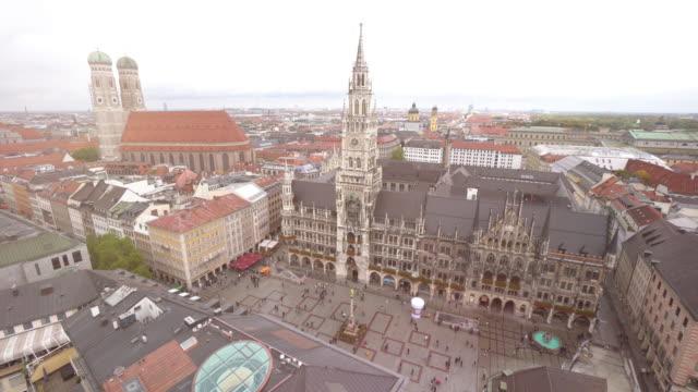 stadtbild von quadratischen marienplatz in münchen - städtischer platz stock-videos und b-roll-filmmaterial