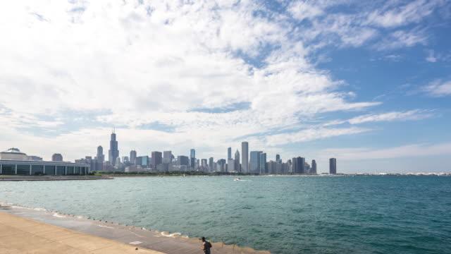 Stadtbild von moderne Stadt in der Nähe von Wasser in die Wolke Himmel. Zeitraffer