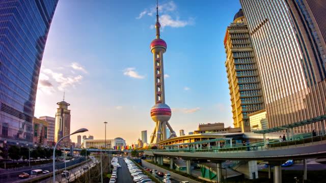 vídeos de stock, filmes e b-roll de paisagem urbana da cidade moderna, shanghai - torre oriental pearl