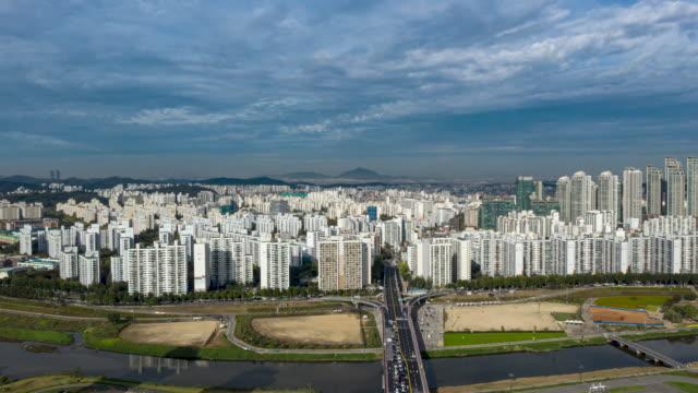vídeos y material grabado en eventos de stock de cityscape of mok-dong and sinjeong-dong with anyangcheon stream / yangcheon-gu, seoul, south korea - terrenos a construir