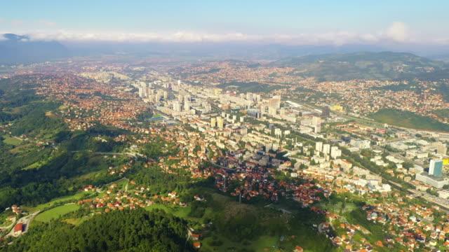 vídeos de stock e filmes b-roll de aerial cityscape of sarajevo - guerra