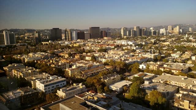 stadsbild av västra los angeles affärs- och bostadsdistrikt på solnedgången - westwood neighborhood los angeles bildbanksvideor och videomaterial från bakom kulisserna