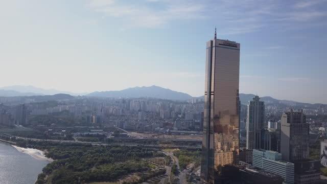 cityscape of yeouido financial district with 63 building and wonhyodaegyo bridge on han river / yeongdeungpo-gu, seoul, south korea - straßenschild stock-videos und b-roll-filmmaterial