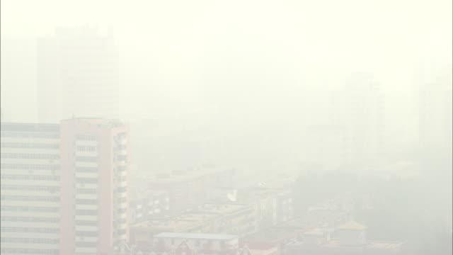 ws ha cityscape on foggy day, beijing, beijing, china - スモッグ点の映像素材/bロール