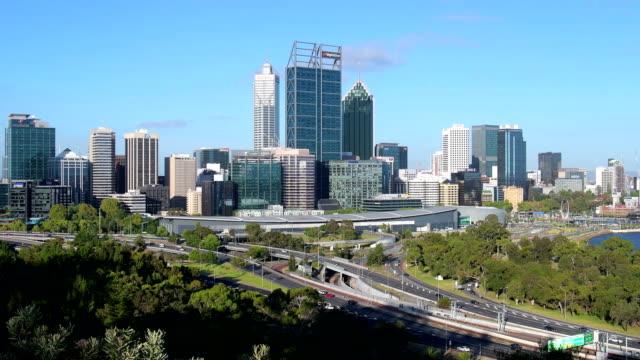 stadsbilden perth visa från kings park, skyline cbd med nya elizabeth quay, western australia. - western australia bildbanksvideor och videomaterial från bakom kulisserna