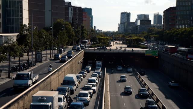 vídeos y material grabado en eventos de stock de paisaje urbano - traffic jam