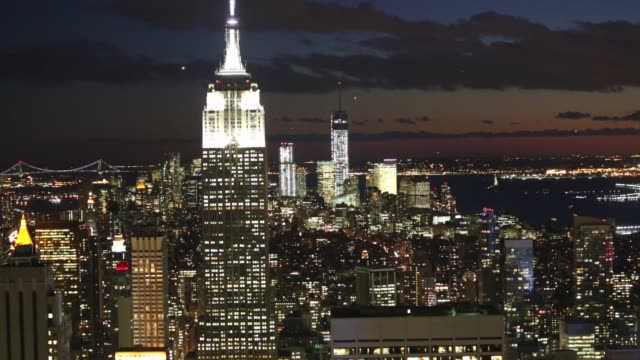 vídeos de stock, filmes e b-roll de cityscape, view from the top of the rock observation deck in midtown manhattan, the empire state building , and the one world trade center tower rise... - chicago 'l'