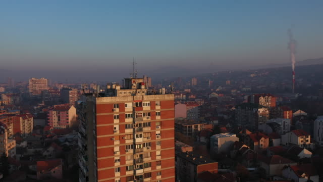 cityscape with a man standing on a rooftop of a skyscraper - facciata video stock e b–roll
