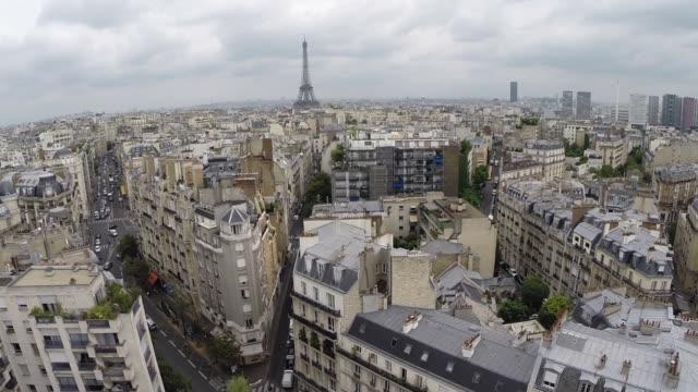 vidéos et rushes de cityscape with eiffel tower in paris, france - quartier
