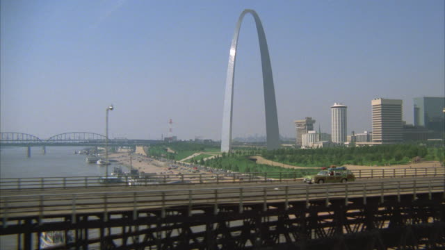 stockvideo's en b-roll-footage met aerial cityscape with gateway arch and eads bridge over mississippi river / st. louis, missouri, usa - st. louis