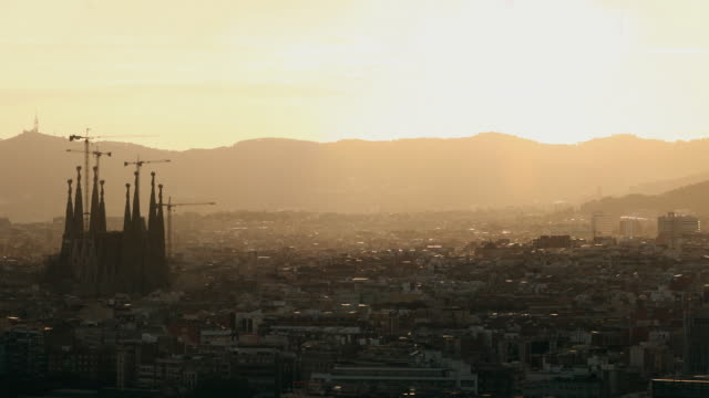 ws ha pan cityscape with la sagrada familia at sunset / barcelona, catalonia, spain - sagrada familia stock-videos und b-roll-filmmaterial