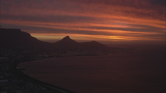 t/l aerial cityscape with lion's head and table mountain at sunset, cape town, western cape, south africa - lion's head mountain stock videos and b-roll footage