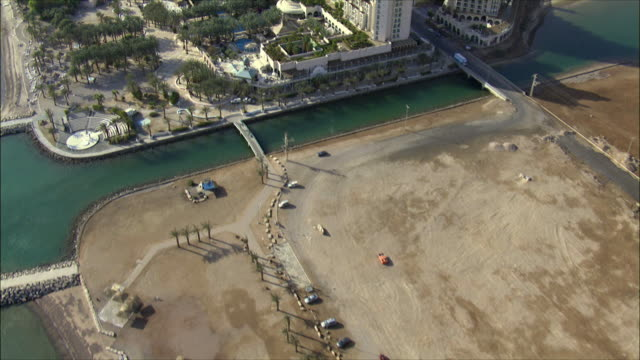 aerial ws cityscape with luxury resorts, eilat, arava, israel - アラバ砂漠点の映像素材/bロール