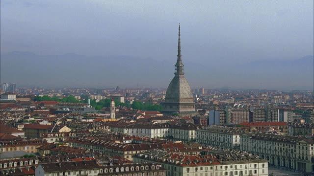 vídeos de stock e filmes b-roll de ws ha cityscape with mole antonelliana tower amongst buildings, turin, italy - itália