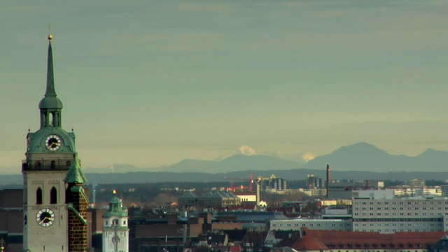 vidéos et rushes de ws, ha, cityscape with mountains in distance, munich, germany - au loin