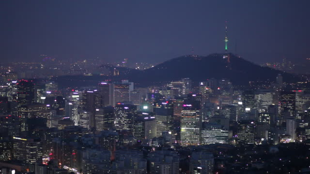ws ha cityscape with n seoul tower on hill at night / seoul, south korea - 韓国点の映像素材/bロール