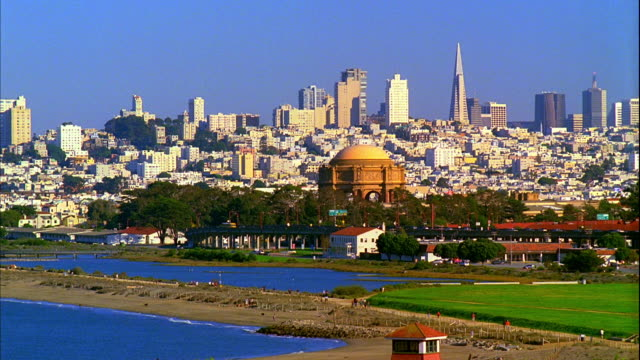 vidéos et rushes de ws, cityscape with palace of fine arts and crissy field in foreground, san francisco, california, usa - transamerica pyramid san francisco