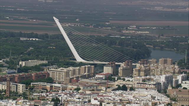 vídeos de stock e filmes b-roll de aerial ws cityscape with puente del alamillo bridge / seville, andalusia, spain - ponte com armação cantilever