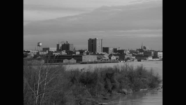 ws pan cityscape with river in foreground / wilmington, north carolina, united states - wilmington north carolina stock-videos und b-roll-filmmaterial