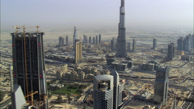 vidéos et rushes de aerial cityscape with rose rotana, construction site and burj dubai, dubai, united arab emirates - dubai