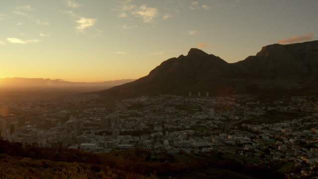 ws ha pan cityscape with table mountain and lion's head at sunset, cape town, western cape province, south africa - lion's head mountain stock videos and b-roll footage