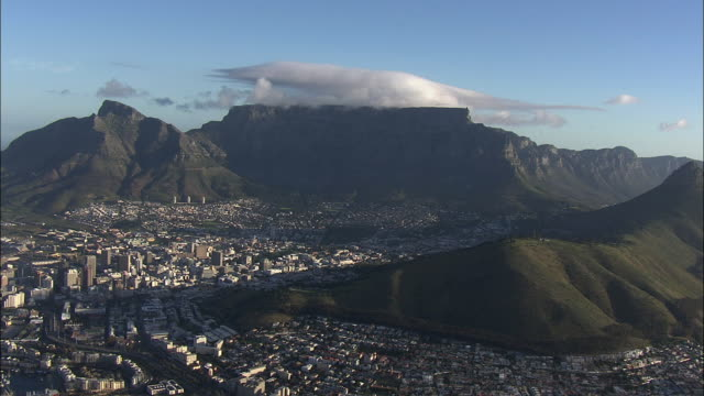 vídeos y material grabado en eventos de stock de aerial cityscape with table mountain and lion's head, cape town, western cape, south africa - ciudad del cabo