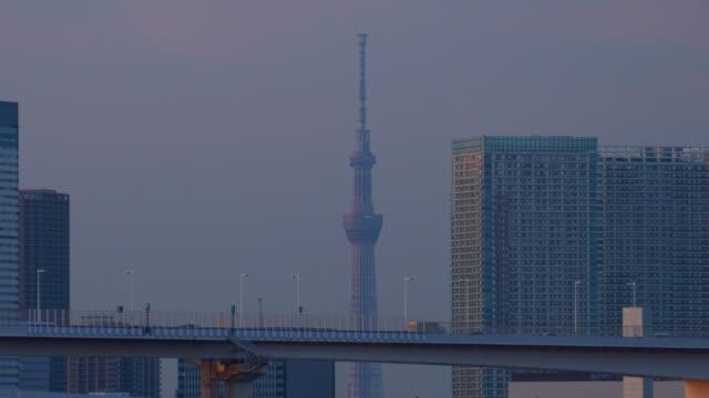 stadtbild mit tokyo sky tree / verkleinern - beleuchtungstechnik stock-videos und b-roll-filmmaterial