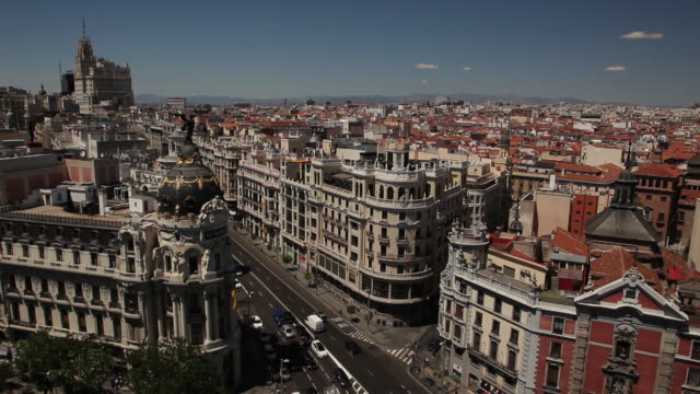 WS HA Cityscape with traffic on Gran Via and Metropolis Building / Madrid, Spain