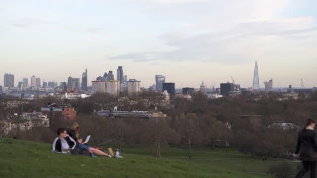 vídeos de stock, filmes e b-roll de 4k cityscapes, london primrose hill in winter. - parque regents