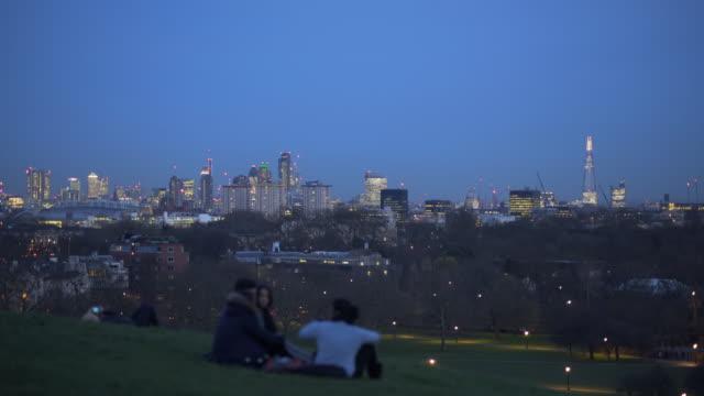 4k cityscapes, london primrose hill in winter. - 座る点の映像素材/bロール
