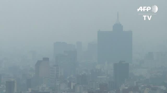 vídeos y material grabado en eventos de stock de ciudad de mexico sigue sumida en el smog: las autoridades suspendieron las clases y las obras de construccion grandes restringieron el uso de... - ciudad de méxico