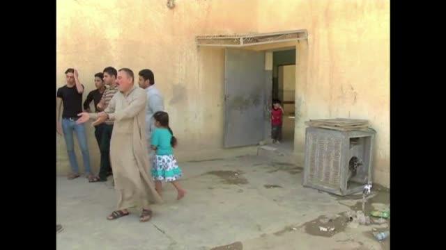 ciudadanos del norte de irak huyen de sus hogares tras el avance de los yihadistas en la zona - irak stock videos and b-roll footage