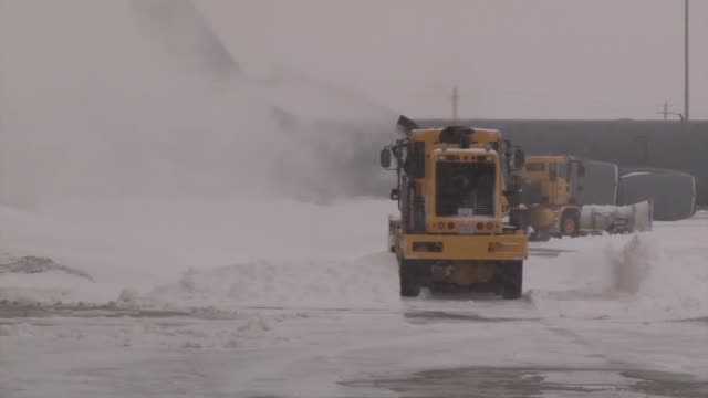 vídeos de stock e filmes b-roll de civil engineers assigned to the 185th air refueling wing cleared another round of snow this week at the sioux city iowa air national guard unit this... - engenheiro civil