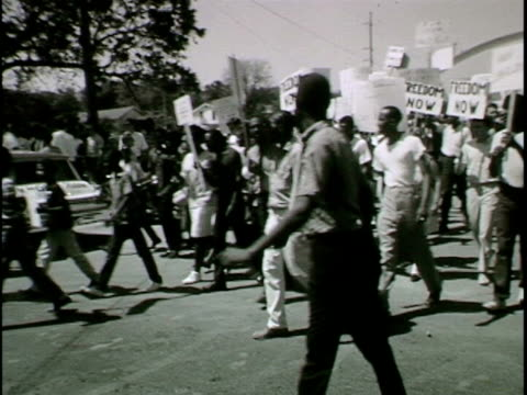 vídeos de stock, filmes e b-roll de naacp civil rights demonstration is disrupted by pro-segregationists - marchando