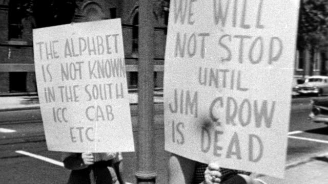 vídeos de stock, filmes e b-roll de civil rights protesters in picket line carry placards, 'we will not stop until jim crow is dead', 'the alphabet is not known in the south - icc cab... - 1965