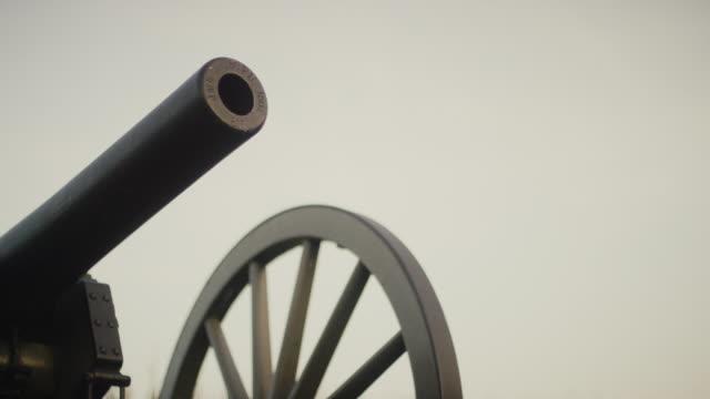eine us-bürgerkriegskanone aus dem gettysburg national military park, pennsylvania - gettysburg stock-videos und b-roll-filmmaterial