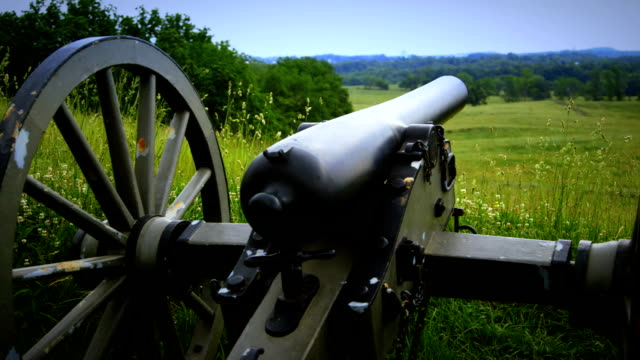 us civil war cannon pan from gettysburg national military park - gettysburg stock videos & royalty-free footage