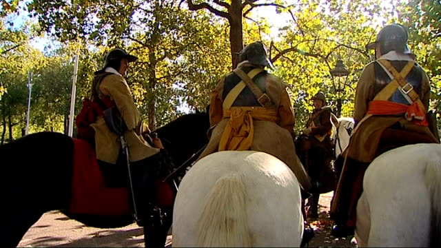 civil war march held to commemorate the execution of the regicides of charles i david broadbent interview sot cutaway men on horseback men dressed as... - hinrichtung stock-videos und b-roll-filmmaterial