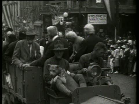 vidéos et rushes de b/w civil war veterans riding in truck in parade / vicksburg mississippi / no - véhicule utilitaire léger