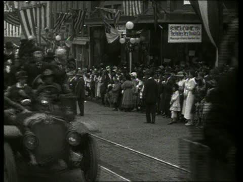 vidéos et rushes de b/w civil war veterans riding in trucks in parade / vicksburg mississippi / no - véhicule utilitaire léger