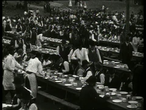 b/w civil war veterans sitting at tables to eat at reunion / vicksburg mississippi / no - 1900~1909年点の映像素材/bロール