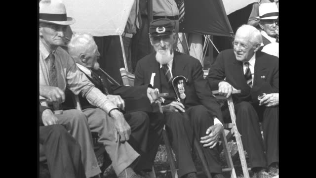 vídeos de stock e filmes b-roll de civil war veterans sitting outside tents at veterans encampment at gettysburg national battlefield / vs veterans seated at encampment, 95-year-old... - exército da união