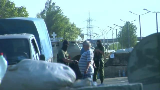 vídeos y material grabado en eventos de stock de civilian shakes hands with solider in fatigues face masks and carries guns - artículo de emergencia