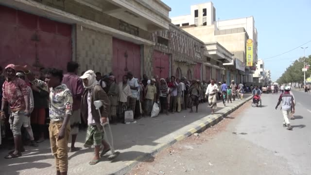 Civilians in Yemen queuing up for food aid as the ongoing conflict has caused blockades on food