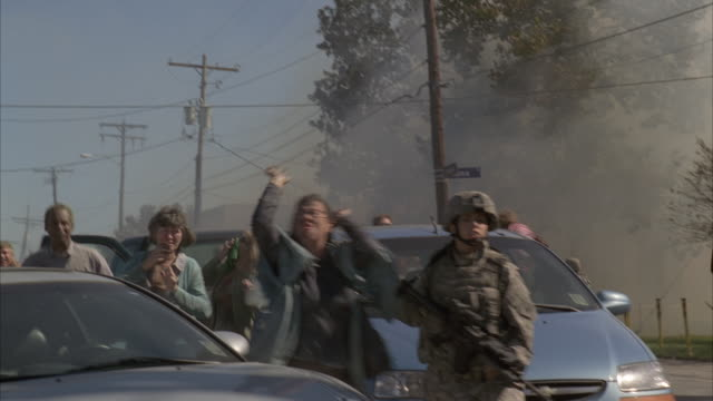 civilians panicking while evacuating the city of los angeles. - evacuazione video stock e b–roll