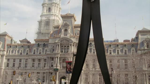 """stockvideo's en b-roll-footage met claes oldenburg's """"clothespin"""" sculpture stands across from  philadelphia city hall. - wasknijper"""