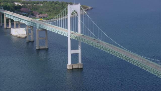 vídeos de stock e filmes b-roll de aerial claiborne pell bridge spanning narragansett bay / newport, rhode island, united states - rhode island